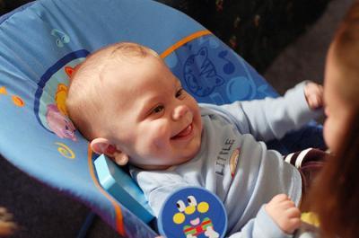 Trẻ sơ sinh có hứng thú với những gì?